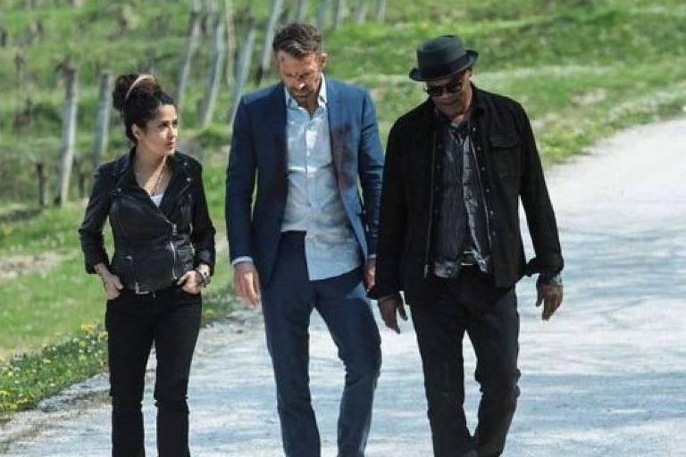 Salma Hayek, Ryan Reynolds e Samuel L. Jackson em cena de 'Dupla Explosiva 2'