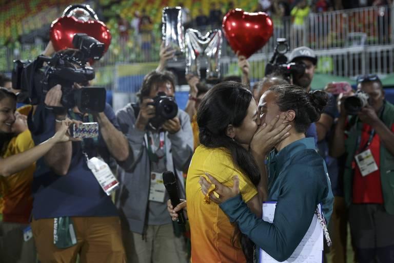 Isadora Cerullo, da seleção brasileira de rúgbi, é pedida em casamento por Marjorie Enya após a cerimônia das medalhas da modalidade nos Jogos Olímpicos do Rio-2016.