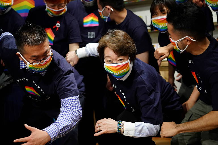 Presidente do Comitê Organizador de Tóquio-2020, Seiko Hashimoto (centro) durante visita à Pride House Tokyo Legacy, organização que luta pelos direitos LGBTQIA+ no esporte.