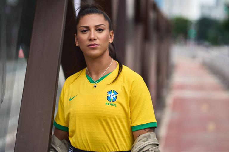 Atacante Bia Zaneratto com a nova camisa da seleção brasileira feminina de futebol