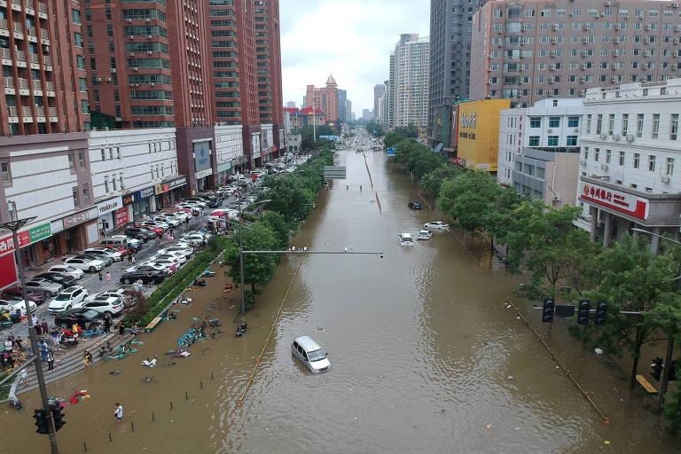 Sobreviventes de enchente em metrô na China relatam momentos de pânico