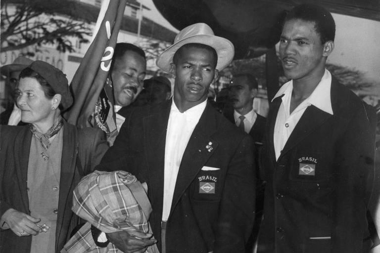 Adhemar Ferreira da Silva (de chapéu) e José Telles da Conceição na viagem de volta de Helsinque; os dois conquistaram medalhas para o Brasil