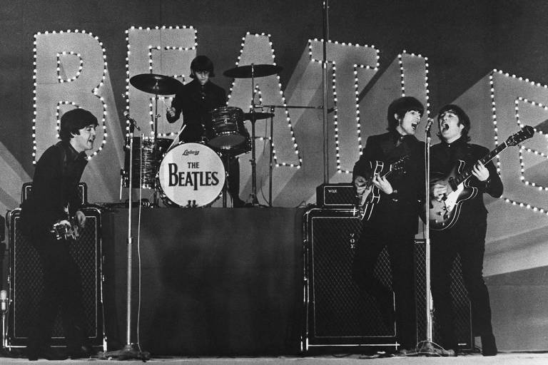 Os Beatles se apresentam no Budokan, na cidade de Tóquio, em show realizado em 1966