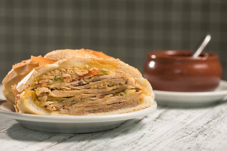 Tradicional sanduíche de pernil do Bar e Lanches Estadão, que entrega pelo iFood até as 2h, todos os dias