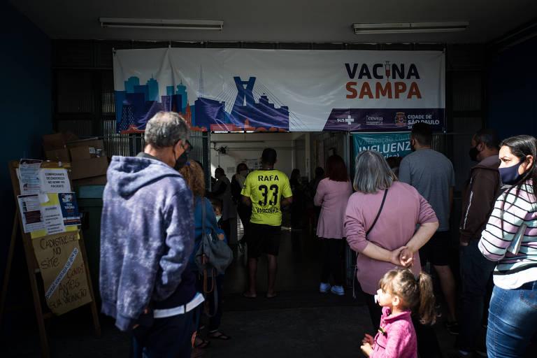 Pessoas aguardam por vacina contra a Covid-19 na UBS Humberto Cerruti, na zona leste da capital paulista