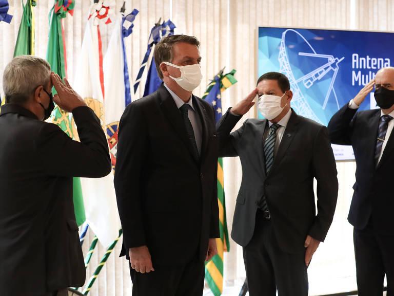 O presidente Jair Bolsonaro, o vice Hamilton Mourão e os ministros Braga Netto (à esq.) e Luiz Eduardo Ramos (à dir.), em evento no Ministério da Defesa