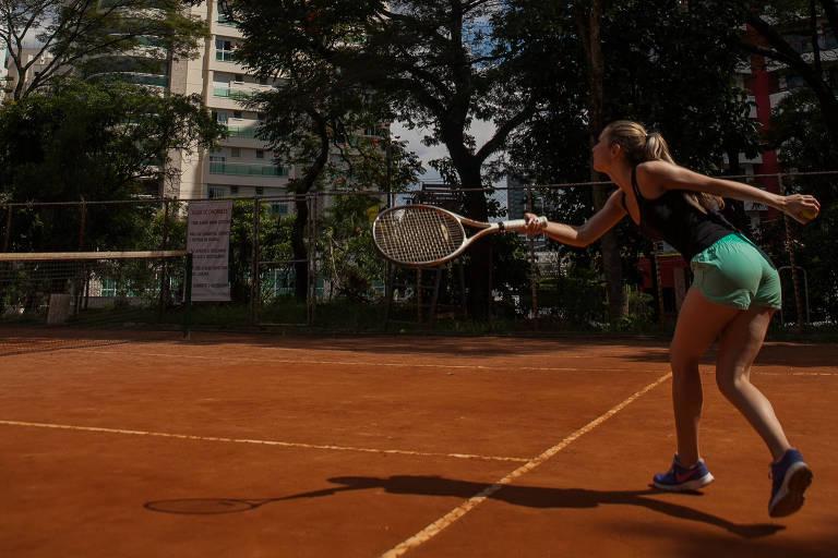 Mulher joga tênis em uma das seis quadras do Ceret, no Tatuapé, em SP