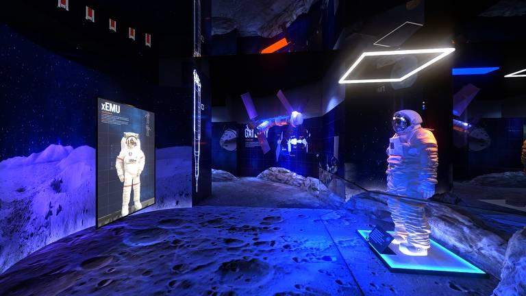 Réplica do xEMU, traje de astronauta que vestirá a primeira mulher e o próximo homem a irem para a Lua
