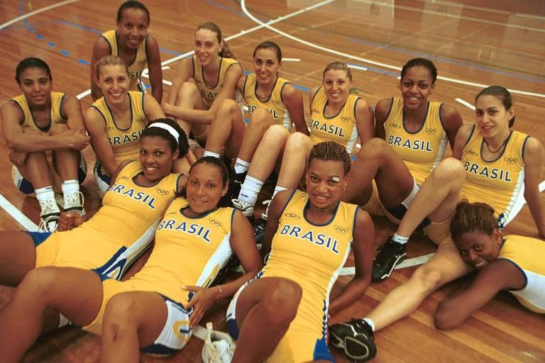 Atletas de basquete vestem macaquinho amarelo e senta na quadra