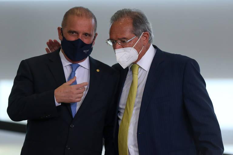 Dois homens de máscara e terno, conversando