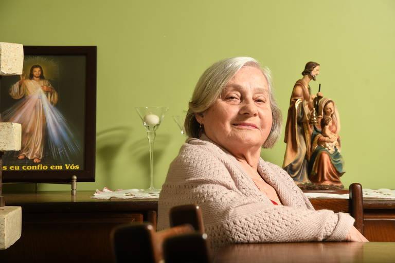 Dona Claudete de 80 anos deixou de pintar os cabelos
