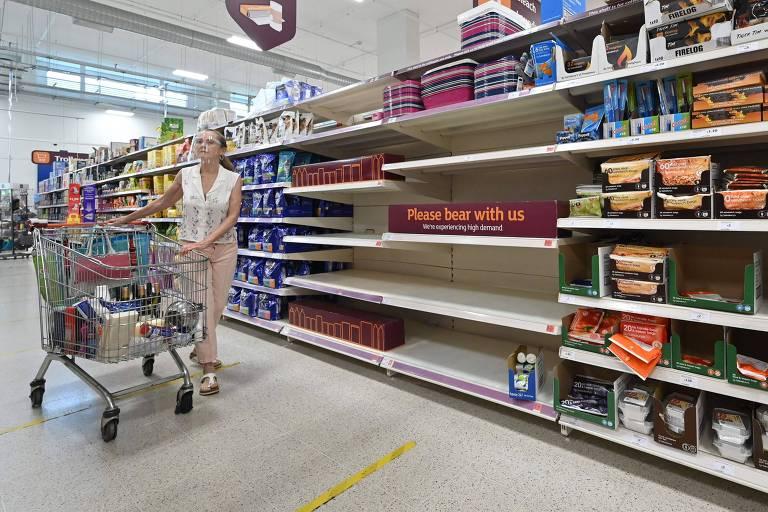 Prateleira vazia em supermercado devido a problemas de abastecimento decorrentes do protocolo de isolamento