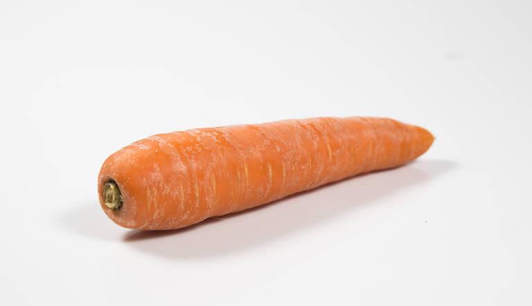 Uma cenoura está sobre uma mesa