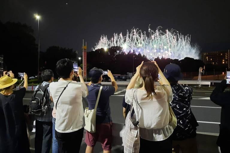 A menos 1km do estádio, japoneses tentam registrar a cerimônia de abertura das Olimpíadas