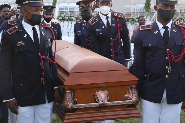 Soldados das Forças Armadas do Haiti carregam caixão com o corpo de Jovenel Moïse durante funeral em Cap-Haitien
