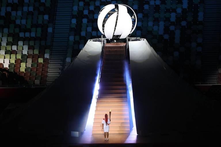 A tenista Naomi Osaka carrega a tocha olímpica para acender a pira