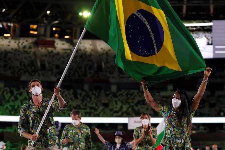 Bruninho e Ketleyn Quadros levaram a bandeira do Brasil no desfile das delegações