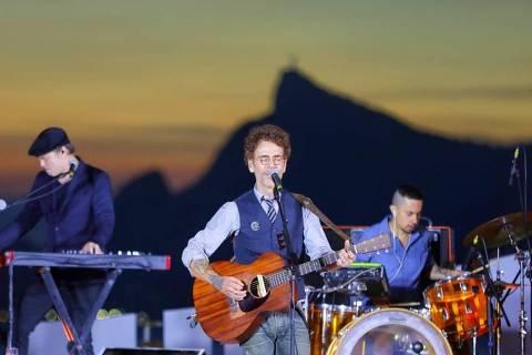 Nando Reis em show evento Energia para Cantar em palco no Caminho Niemeyer, em Niterói (RJ) (Diego Padilha 19.dez.2020/Divulgação)