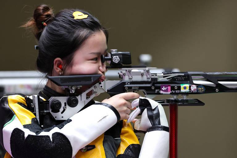 Yang Qian, da China, ouro no tiro esportivo, em ação
