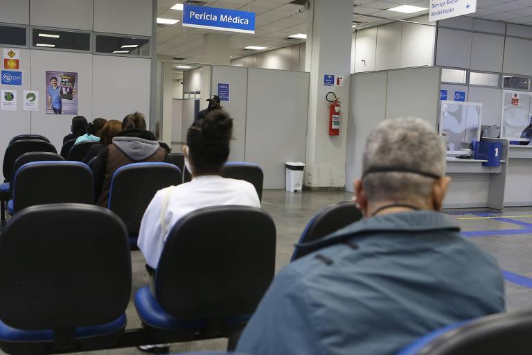 Segurados do INSS aguardam perícia em agência da Previdência Social em São Paulo (SP)