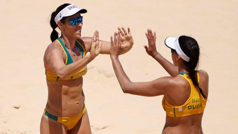 Brasileiras sofrem no primeiro set, mas batem Ana Gallay e Fernanda Pereyra por 2 a 0 (parciais de 21/19 e 21/11)