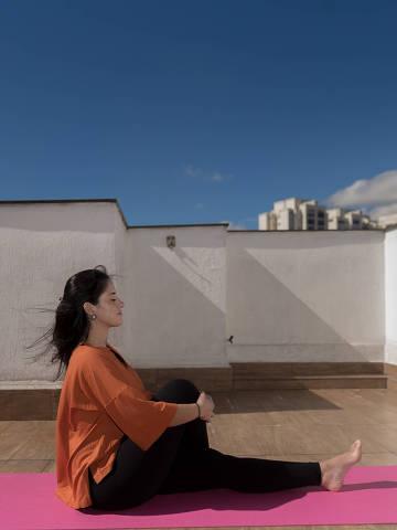 SAO PAULO, SP, BRASIL, 01-07-2021 - MEDITAÇÃO NA PANDEMIA -  A psicóloca Thais começou a praticar Ioga e meditação em  casa depois que começou a pandemia. (Foto: Ronny Santos/Folhapress, SHOW)