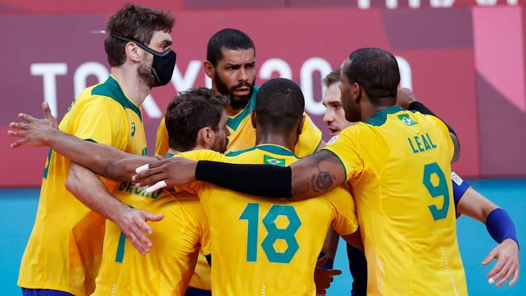 Brasileiros comemoram ponto durante vitória por 3 sets a 0 sobre a Tunísia, parciais 25/22, 25/20 e 25/15