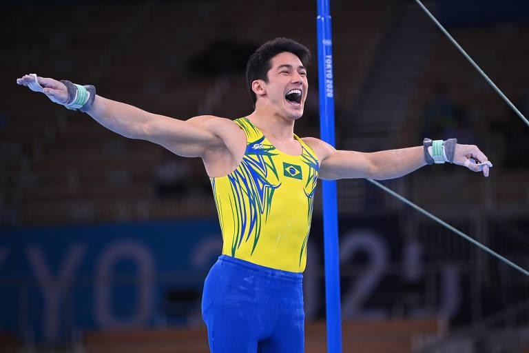 O ginasta brasileiro Arthur Nory durante sua apresentação nas barras paralelas; campeão mundial nas barras fixas, ele foi mal em Tóquio e já está eliminado do torneio