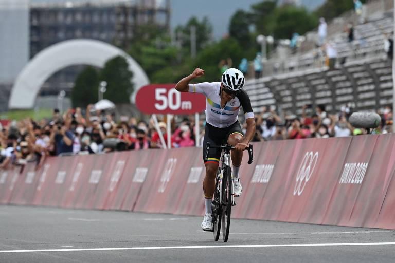 O equatoriano celebra ao cruzar a linha de chegada para conquistar o ouro olímpico
