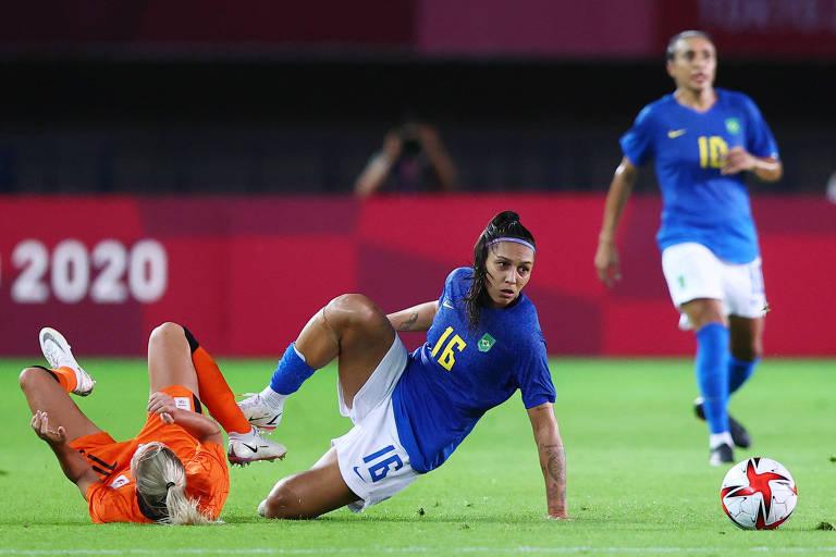 Jackie Groenen, da Holanda, disputa a bola com Bia Zaneratto durante a partida entre Brasil e Holanda; seleções empataram por 3 a 3 neste sábado (24)