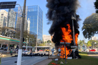 Estátua do bandeirante Borba Gato, em São Paulo, é incendiada