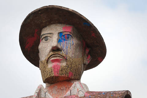 SAO PAULO/SP BRASIL. 30/09/2016 - Estatua do Borba Gato amanhece pichada de tinta coloriada na Zona Sul da cidade.(foto: Zanone Fraissat/FOLHAPRESS, COTIDIANO)***EXCLUSIVO***