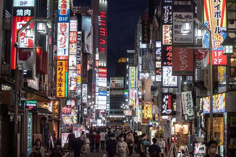 Pessoas caminham no bairro de Shinjuku, em Tóquio