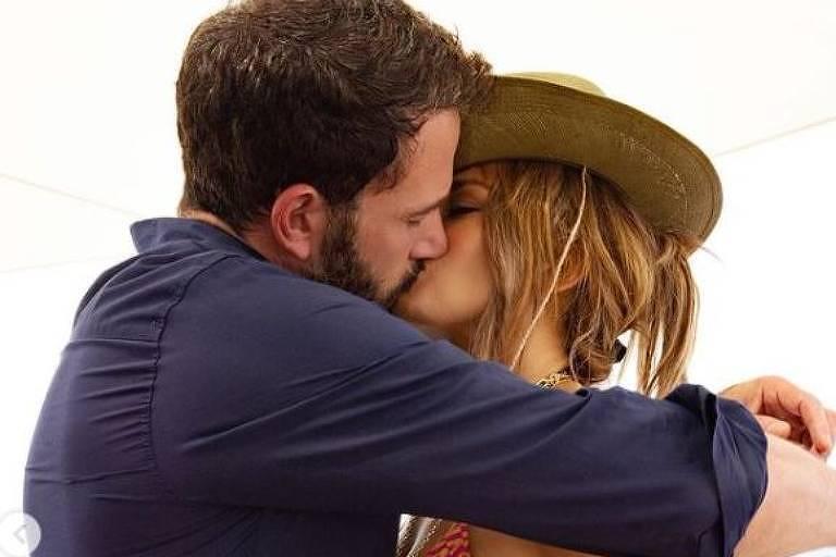 Jennifer Lopez posta foto beijando Ben Affleck