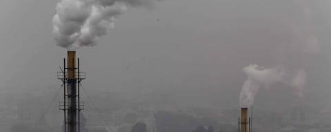 SÃO PAULO, SP, 02.10.2015: POLUIÇÃO-SP - Poluição emitida por indústria em Mauá, na Grande São Paulo. (Foto: Edilson Dantas/Folhapress)