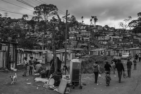 SAO PAULO, SP. 30/06/2020. ENSAIO DOAÇÕES. Moradores da comunidade Capadócia, na zona norte de São Paulo, recebem marmitas e material de higiene pessoal distribuídos pela parceria entre a Associação dos Moradores do Alto da Vila Brasilândia ( AMAVB ) e a Casa do Consolador.  ( Foto: Lalo de Almeida ). COTIDIANO *** NÃO É FOLHAPRESS *** ORG XMIT: AGEN2007141139293756