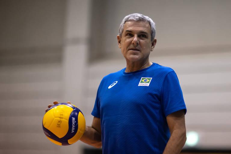 O treinador José Roberto Guimarães durante treino da seleção feminina de vôlei na cidade de Sagamihara