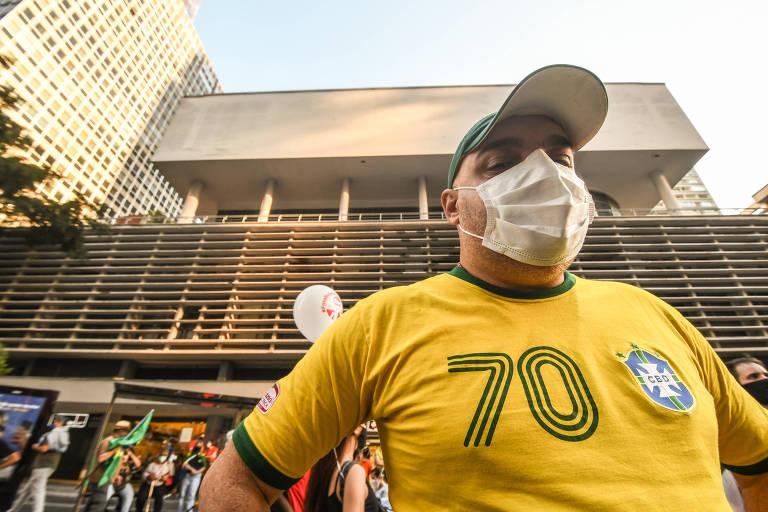 """Com a camisa da seleção, Rodrigo Marques, 40, do diretório municipal do PSDB, afirmou que ela """"é do povo brasileiro"""" e defendeu o uso de bandeiras do Brasil nos atos contra o governo de Bolsonaro"""