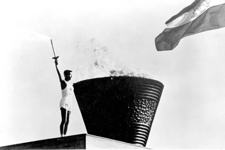 Yoshinori Sakai, nascido no dia 6 de agosto de 1945, dia em que uma bomba atômica explodiu em Hiroshima, acende a pira dos Jogos de Tóquio em 1964