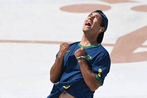 Brazil's Kelvin Hoefler celebrates as he competes in the men's street final during the Tokyo 2020 Olympic Games at Ariake Sports Park Skateboarding in Tokyo on July 25, 2021. (Photo by Martin BERNETTI / AFP)