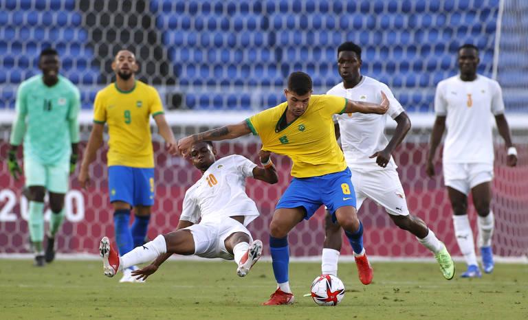 Bruno Guimarães (à dir.) tem a camisa puxada por Diallo, da Costa Rica