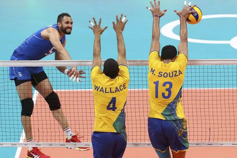 Wallace e Maurício Souza saltam para o bloqueio contra a Itália, nos Jogos do Rio-2016