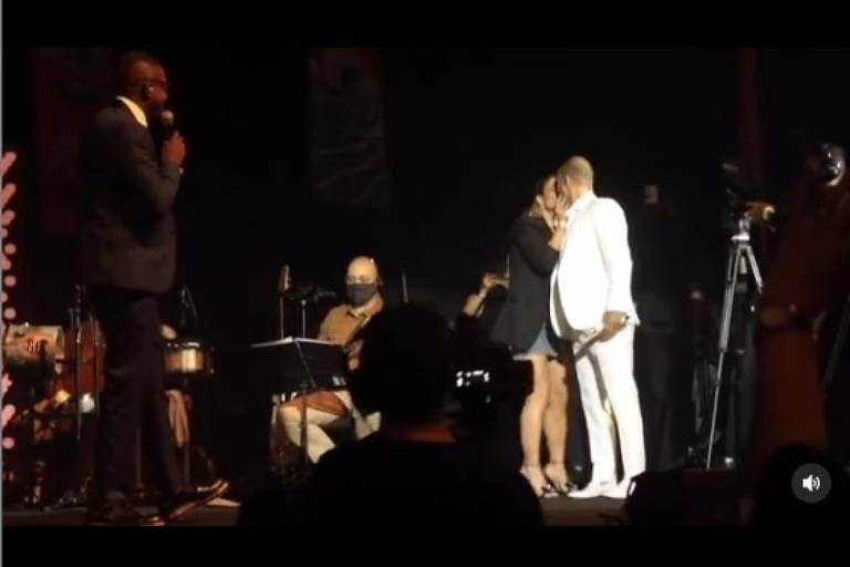 Paolla Oliveira beija Diogo Nogueira no palco