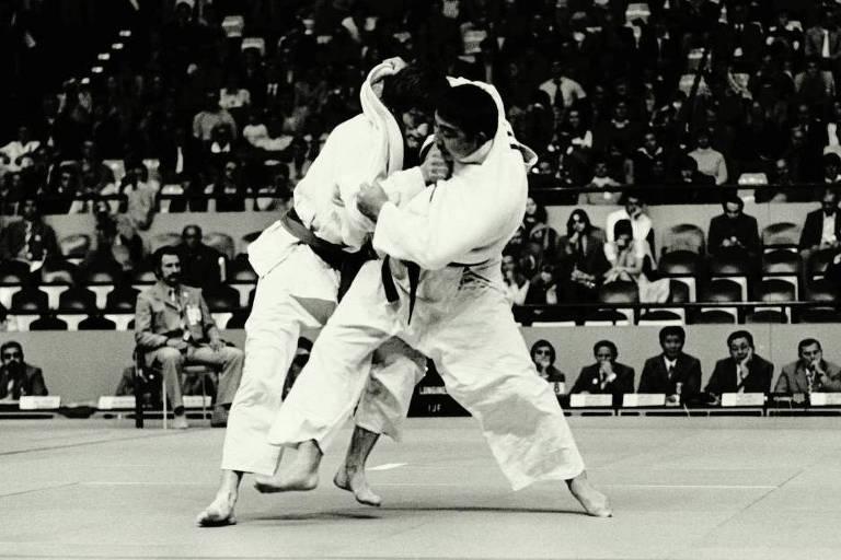 Chiaki Ishii tenta pegada durante luta nos Jogos Olímpicos de Munique, em 1972
