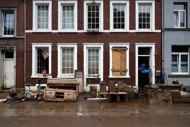 Carros e calçadas são destruídos em cidade belga atingida pela pior enchente em décadas