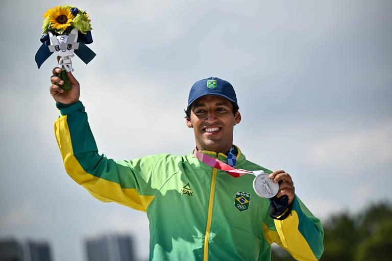 O skatista Kelvin Hoefler comemora no pódio após receber a primeira medalha do Brasil nos Jogos de Tóquio, a prata