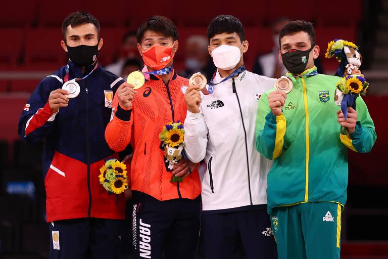 Daniel Cargnin (direita) recebe a medalha de bronze e o buquê da vitória pelo judô em Tóquio; da direita para a esquerda: An Baul, da Coreia do Sul, Hifumi Abe, do Japão, e Vazha Margvelashvili, da Georgia