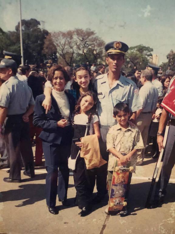 Kelvin, com skate, junto com sua avô Alzira, o pai, Enéas, e as irmãs, Jéssica e Nathalie