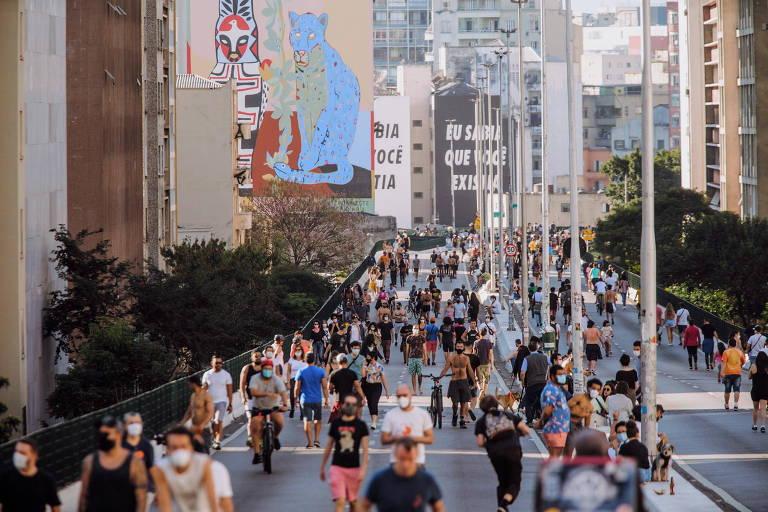 Imagem mostra que paulistanos aproveitaram o dia de calor na capital e lotaram as duas vias do elevado João Goulart, o Minhocão, no centro de São Paulo; alguns frequentadores, porém, ignoraram o uso de máscara de proteção