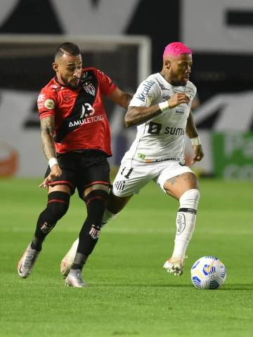 Marinho (à dir.) tenta se livrar da marcação durante partida entre Santos e Atlético-GO